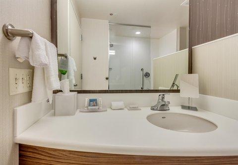 Courtyard St. Petersburg Clearwater/Madeira Beach - Guest Bathroom