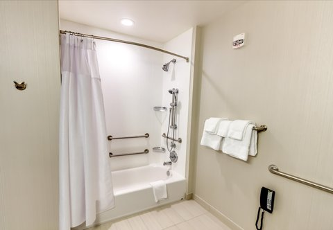 Courtyard St. Petersburg Clearwater/Madeira Beach - Accessible Bathroom