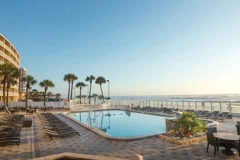 Holiday Inn Resort DAYTONA BEACH OCEANFRONT - Large pool deck overlooking the Atlantic Ocean