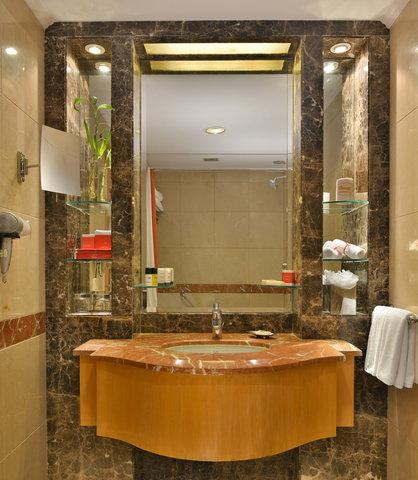 The Gateway Hotel Akota - Bathroom Suite