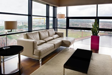 Hilton Belfast - Suite Living room with views