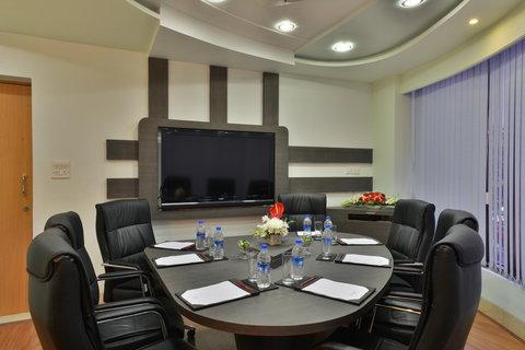 The Gateway Hotel Akota - Oval Room