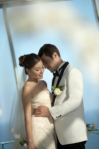 بانيان تري أونغاسان - Embracing Couple2