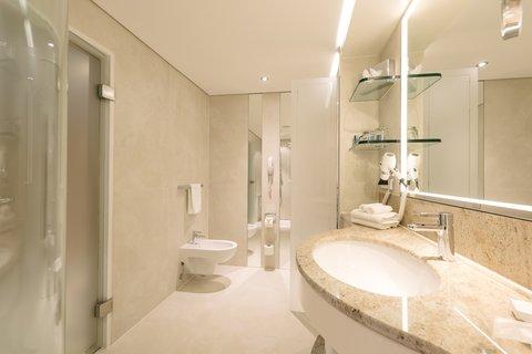 غراند إيليسي هامبورغ - Alcove Room bathroom at Grand Elys e Hamburg