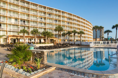 Holiday Inn Resort DAYTONA BEACH OCEANFRONT - Large oceanfront pool deck with plenty of chaise lounges