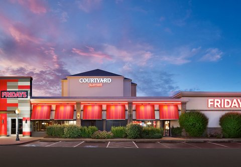 Courtyard Chicago Midway Airport - TGI Friday s