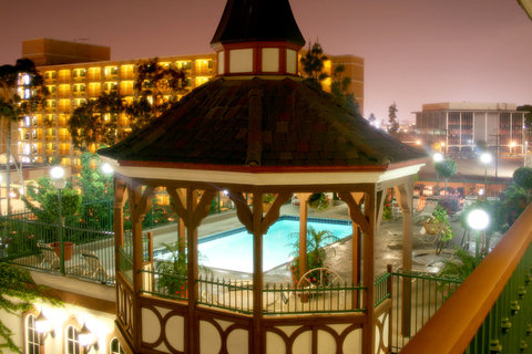 Anaheim Camelot Inn Suites - Pool at night