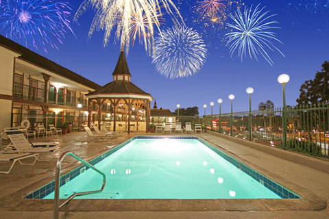 Anaheim Camelot Inn Suites - Pool with fireworks