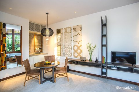 伊利森别墅酒店 - Dinning Room and Living Room at One Bedroom Villa