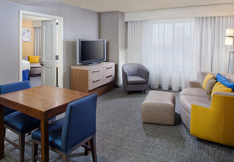 Courtyard By Marriott - King Suite - Living Area