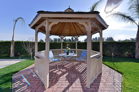 BEST WESTERN PLUS Fresno Airport Hotel - Time to chill in the gazebo