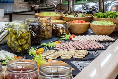فندق هوليدي ان البرشا - Enjoy lavish buffet breakfast at The Gem Garden