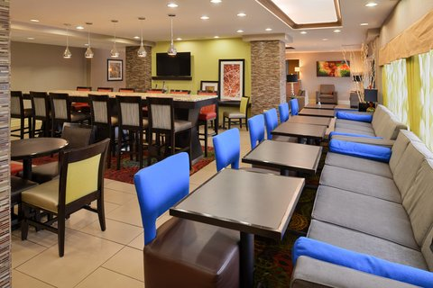 Holiday Inn Express CRESTWOOD - Grab a plate for breakfast or relax in the lounge during the day