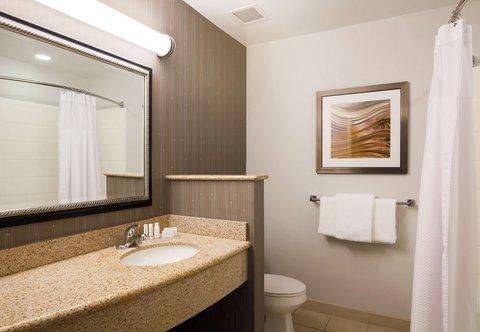 Courtyard Chico - Suite Bathroom