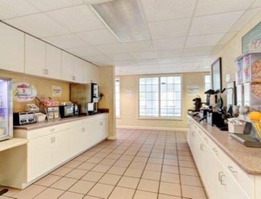 Super 8 Smithfield Hotel - Breakfast Area