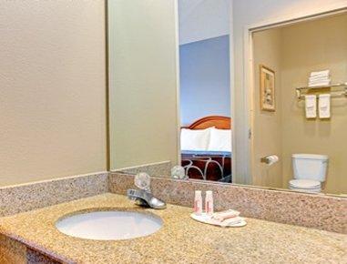 Super 8 Smithfield Hotel - Guest Bath Room