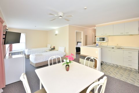 Allenby Park Hotel - One Bedroom Family Suite