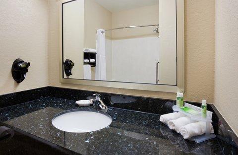 Holiday Inn Express & Suites ABERDEEN - Guest Bathroom