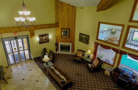 Holiday Inn Express BEMIDJI - Relax with a cup of coffee next to the fireplace