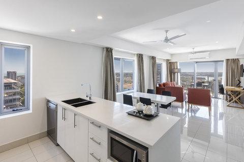 Elan Soho Suites - Elan Darwin Bed Harbour Kitchen Living