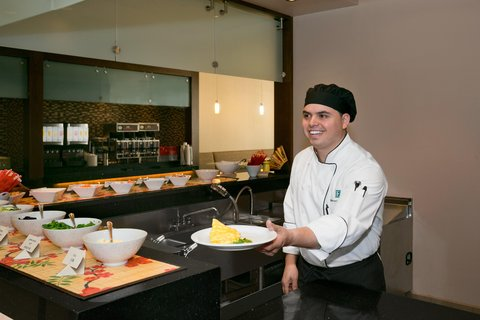 Embassy Suites Chicago - Downtown - Breakfast Buffet Cook