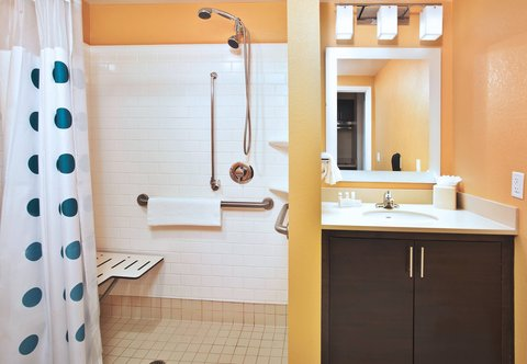 TownePlace Suites Republic Airport Long Island/Farmingdale - Accesible Suite Bathroom