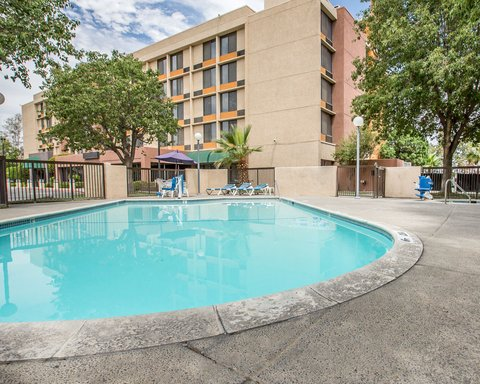 Clarion Hotel Bakersfield - Pool