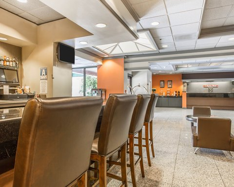 Clarion Hotel Bakersfield - Bar Lounge