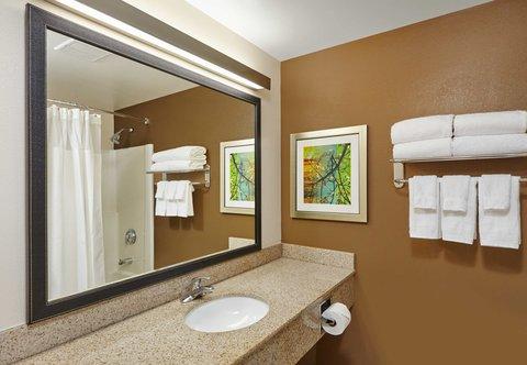 Fairfield Inn & Suites Chicago Lombard - Guest Bathroom