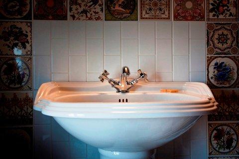 Bell In Ticehurst Hotel - bathroom detail