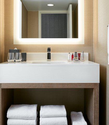 Marriott Charlotte City Center Hotel - Corner King Bathroom