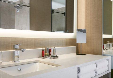 Marriott Charlotte City Center Hotel - Guest Bathroom