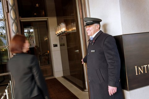 انتركوتيننتال جنيف - Guest Arriving at the Hotel