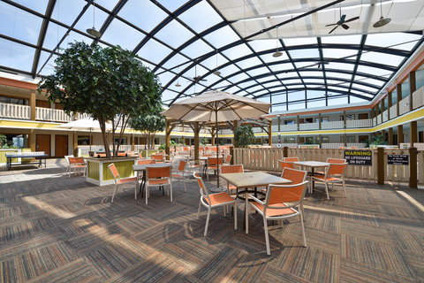 BEST WESTERN PLUS Dubuque Hotel & Conference Center - Our Atrium is great for lunches or relaxation