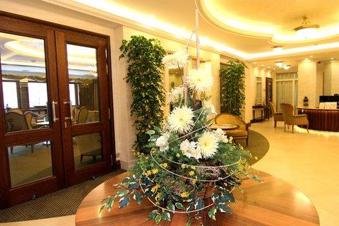 Retro Riverside Luxury Wellness Hotel - Lobby
