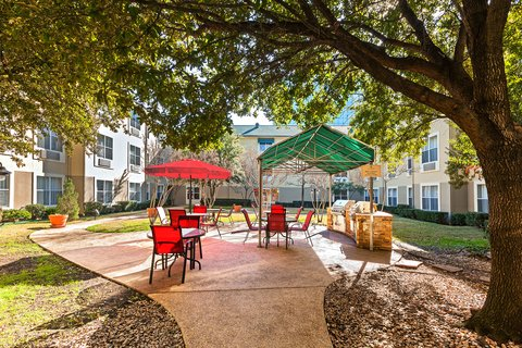 Candlewood Suites DALLAS/MARKET CENTER - Courtyard