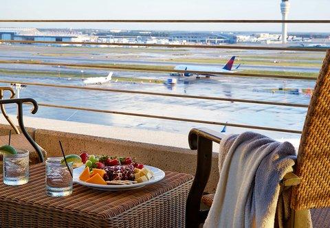 Renaissance Concourse Atlanta Airport Hotel - Guest Room Runway View