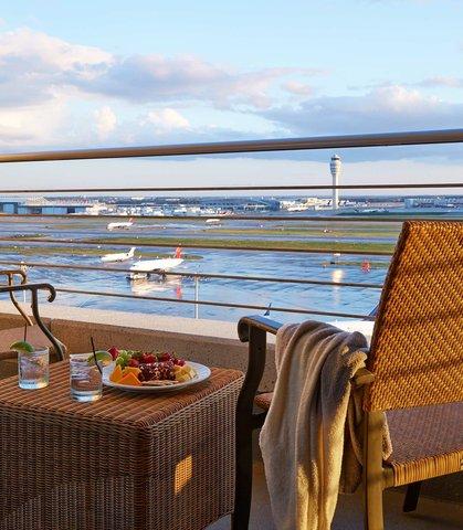 Renaissance Concourse Atlanta Airport Hotel - Suites Runway View