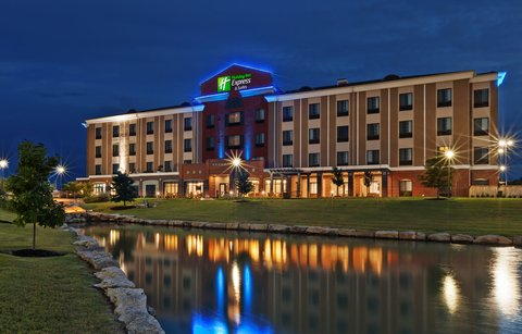 Holiday Inn Express & Suites GLENPOOL-TULSA SOUTH - Exterior   Back at Night Time