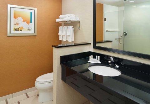 Fairfield Inn & Suites Fayetteville North - Guest Bathroom