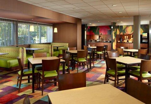 Fairfield Inn & Suites Fayetteville North - Breakfast Dining Area