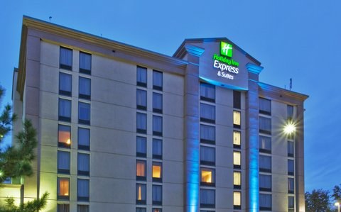 Holiday Inn Express & Suites ATLANTA N-PERIMETER MALL AREA - Hotel Exterior and covered Parking