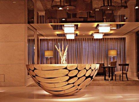 انتركوتيننتال جنيف - The Wooden Table welcome you at the entrance of Woods Restaurant