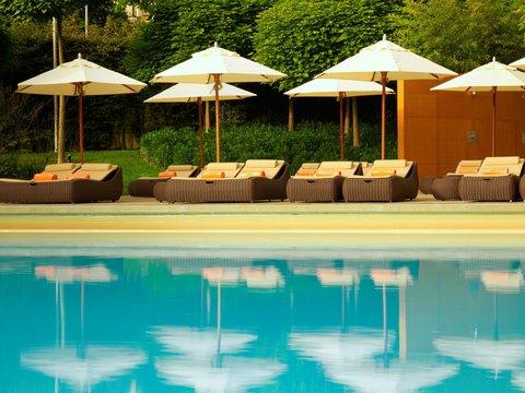 انتركوتيننتال جنيف - Sunbeds Around the Pool at Poolside