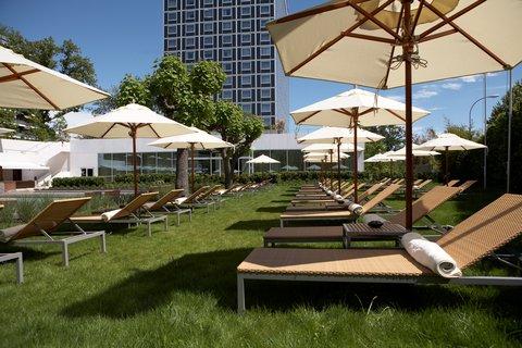 انتركوتيننتال جنيف - Relax on a Sunbed around the Pool