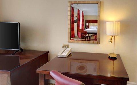 Hilton Brighton Metropole - Desk And Chair Area