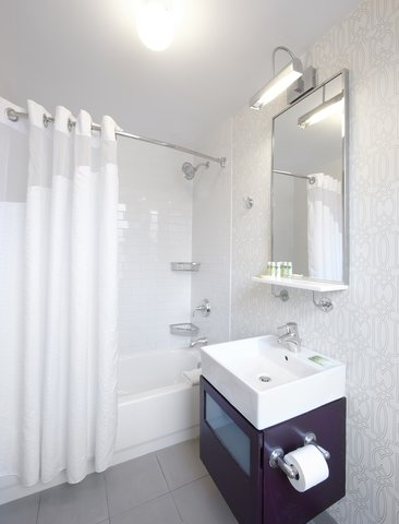 Holiday Inn Express CHICAGO - MAGNIFICENT MILE - Guest Bathroom