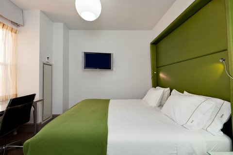 Holiday Inn Express CHICAGO - MAGNIFICENT MILE - King Bed Guest Room