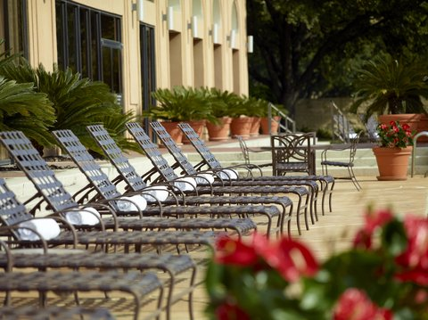 Omni Austin at SouthPark Hotel - Lounge chairs at the outdoor pool