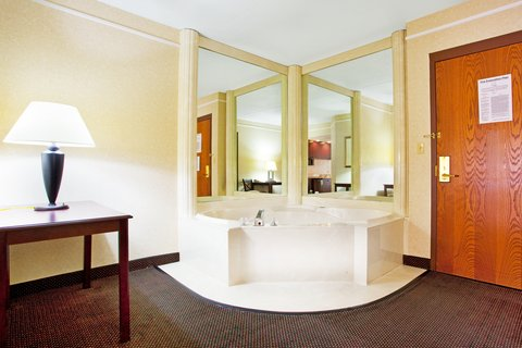 Holiday Inn Express & Suites GRAND RAPIDS AIRPORT - Jacuzzi Suite